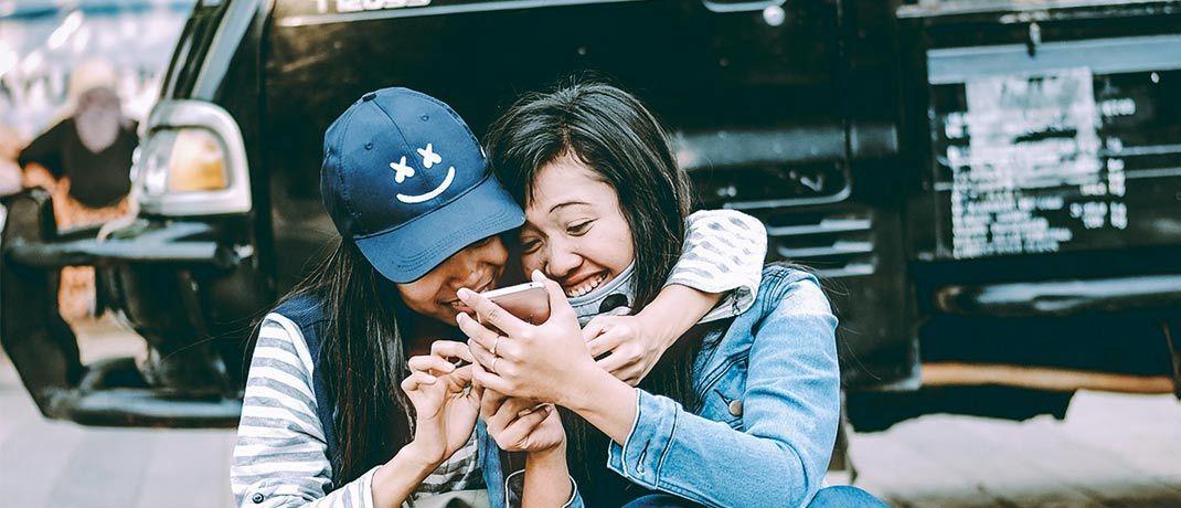 Junge Indonesierinnen mit Smartphone: Der IT-KonzernSamsung ist im Jupiter Global Emerging Markets Equity Unconstrained stark gewichtet.