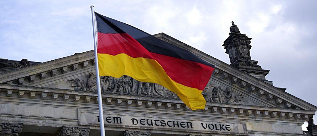 Flagge vor dem Reichstag in Berlin: Die Deutsche Bank blickt optimistisch auf den deutschen Aktienmarkt. © Pexels