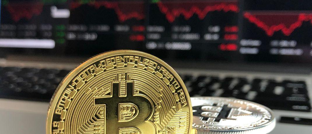 Bitcoin-Münze vor einem Computerbildschirm: Immer wieder werden Anleger ihrer digitalen Schätze beraubt.|© David McBee