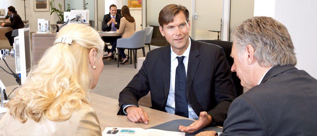 Beratungsgespräch in einer Filiale der Deutschen Bank: Ein Anschreiben der konzerneigenen Fondsgesellschaft DWS an Kunden mit Riester-Fondssparplänen zur Altersvorsorge ist jetzt von der Verbraucherzentrale Baden-Württemberg bemängelt worden.|© Deutsche Bank AG