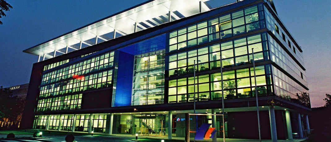 Postbank-Hauptquartier bei Nacht: Die Postbank-Finanzberatung liegt mit 42,6 Prozent treuer Kunden branchenweit ganz vorn. |© Postbank