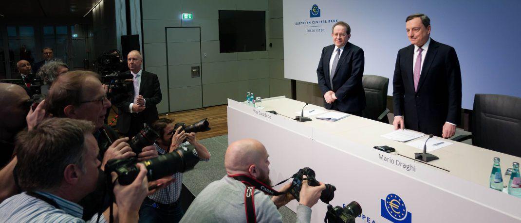Mario Draghi (rechts) und Vítor Constâncio bei der EZB-Pressekonferenz am 8. März 2018 in Frankfurt: Der Präsident der Zentralbank und sein Vize verzichteten beim Begründen ihrer jüngsten Zinsentscheidung auf die Formulierung, dass die Notenbank ihre milliardenschweren Anleihenkäufe ausweiten könnte, falls sich die Rahmenbedingungen verschlechtern.|© European Central Bank