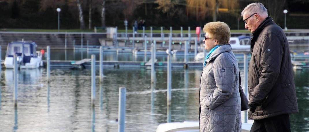 Rentner spazieren am Kanal entlang: Viele Sparer haben ihren staatlich geförderten Riester-Vertrag ruhend gestellt.|© Pixabay