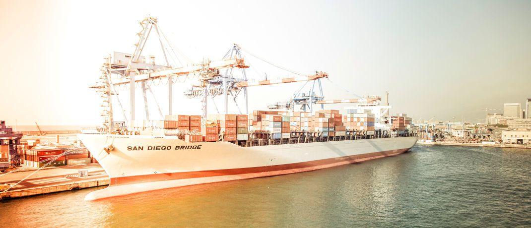 Containerschiff im Hafen (Symbolbild): Ein Anbieter von Direktinvestments in Seecontainer hat aktuell Insolvenz angemeldet.|© Markus Spiske raumrot.com