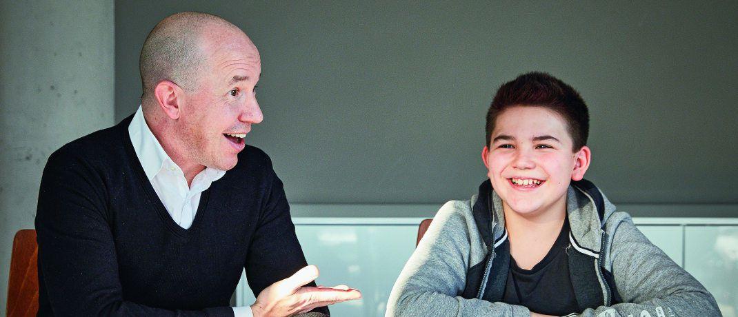 Volker Schilling (links) mit seinem Sohn Tim Schilling:  Der Vorstand von Greiff Capital Management vermisst Geld-Themen im Schulunterricht.|© Robert Schlossnickel
