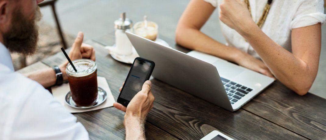 Online-Geschäftsabschluss: Deutsche Crowdinvesting-Plattformen finanzieren vor allem Unternehmens-, Immobilien- und Energieprojekte.