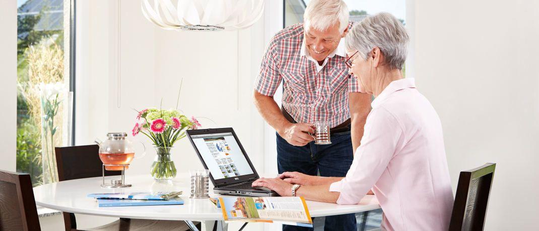 Senioren mit Notebook. Ältere Anleger werden beim Investieren häufiger übervorteilt als jüngere. Eine Untersuchung macht Vorschläge, wie sich das verhindern ließe.|© Axa