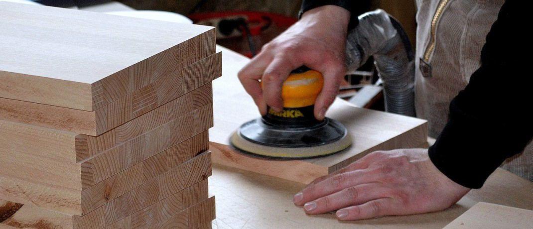 Ein Schreiner bei der Arbeit: Gerade für Handwerker sind BU-Alternativprodukte in den Augen der befragten Vermittler geeignet.|© Pixabay