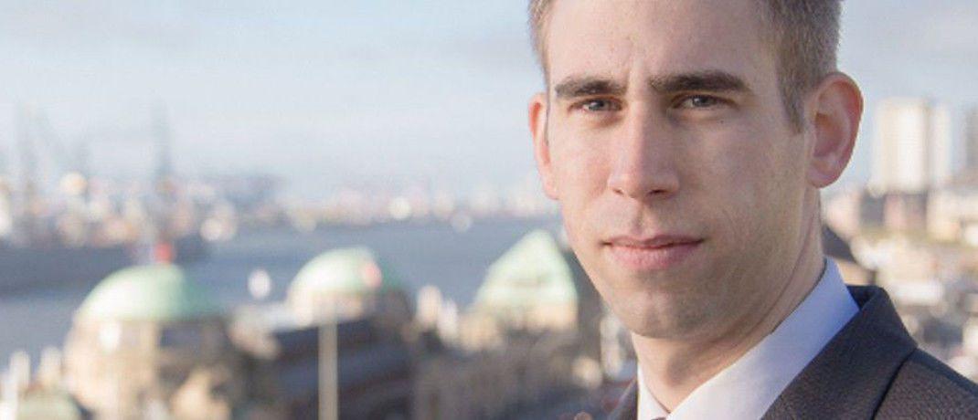 Rechtsanwalt Jens Reichow, Partner der Hamburger Kanzlei Jöhnke & Reichow, schaut sich hier ein Urteil des LG Lübeck näher an.|© Jöhnke & Reichow