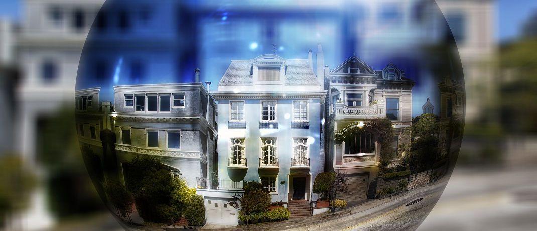 Seifenblase vor einem Haus: Hat sich auf dem Immobilienmarkt eine Blase aufgebaut, die zu platzen droht? Fest steht: Das Ende des Booms rückt näher.|© Pixabay