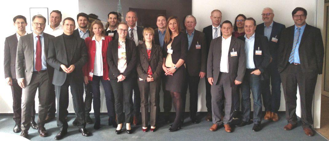 Gruppenbild des ersten Treffens von Datenschutzbeauftragten, organisisert vom AfW. Teilnehmer bisher sind Aruna, BCA, Blau Direkt, Fonds Finanz, Fondskonzept, Fondsnet, Jung DMS & Cie., Maxpool, Nafi, Netfonds, Softfair und VFV.