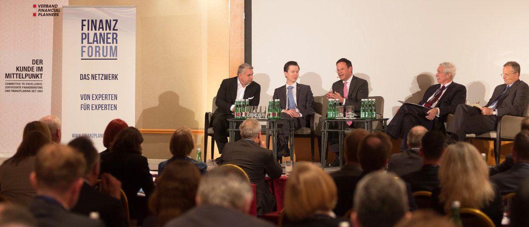 Auf dem Podium (von links): Philipp Bohrn (Fachverband Finanzdienstleister), Peter Bosek (Erste Bank), Klaus Kumpfmüller (FMA), Otto Lucius (Finanzplaner Forum) und Ernst Brandl (BTP).|© Fotostudio Huger Wien