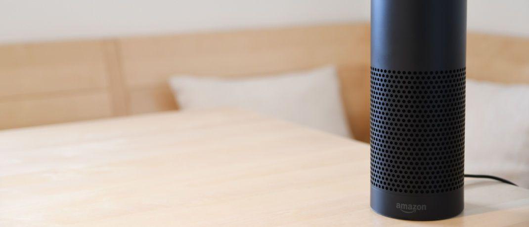 Digitale Sprachassistenten wie Alexa als Bankberater der Zukunft? Künstliche Intelligenz ermöglicht mit Produkten wie Amazon Echo oder Google Home Bankkunden bereits heute, beispielsweise ihren Kontostand abzufragen. © Fabian Hurnaus