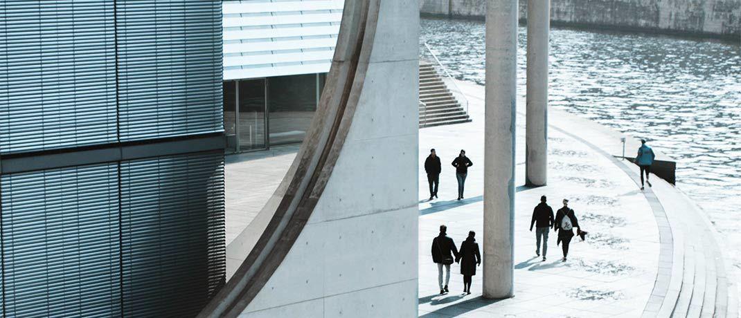 Der Spreebogen in Berlin: Eine Zinswende ist zwar vorerst nicht zu erwarten. Eine klare Richtung ist an den Anleihemärkten aber auch nicht zu erkennen. Flexibilität ist darum das Gebot der Stunde.