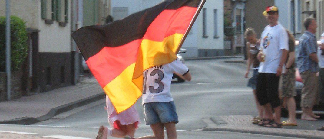 Junge Fans der deutschen Elf mit Deutschlandflagge: Der deutschen Nationalmannschaft r&auml;umt die UBS bei der diesj&auml;hrigen Fu&szlig;ball-WM hohe Chancen ein.&nbsp; &nbsp;&copy; bardo / <a href='http://www.pixelio.de/' target='_blank'>pixelio.de</a>