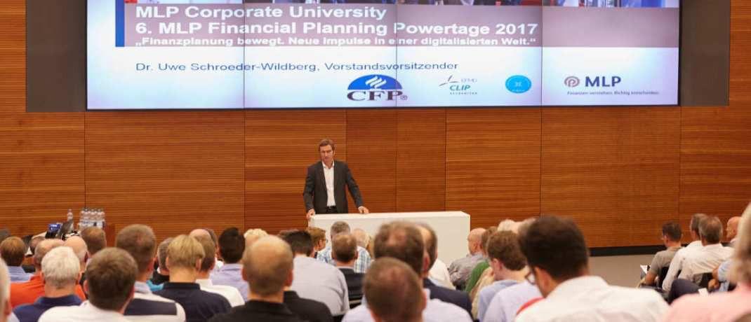 MLP-Vorstandschef Uwe Schroeder-Wildberg begrüßt die Besucher der 6. MLP Financial Planning Powertage in Wiesloch: Im Juli findet die Veranstaltung nun zum siebten Mal statt.|© MLP Corporate University