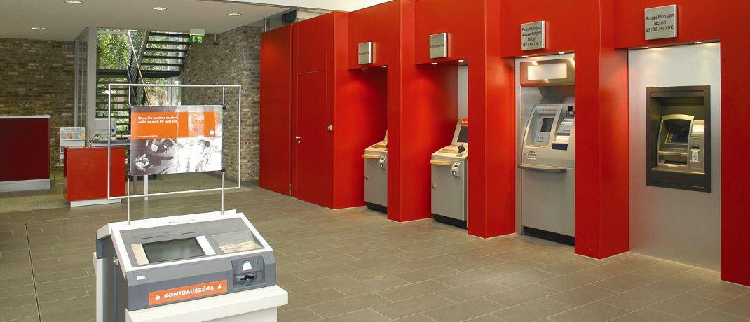 Schalterhalle einer Sparkasse: Die Geldinstitue aus dem Deutsche Sparkassen- und Giroverband (DSGV) genießen besonders hohes Vertrauen in Sachen Datenschutz.|© DSGV