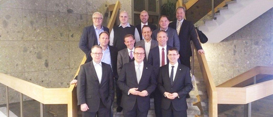 "Die Köpfe der Initiative ""Pools für Makler"" (v.l.n.r.): Frank Schirmer (Fondskonzept), Oliver Kieper (Netfonds), Oliver Lang (früher BCA, mittlerweile Jung, DMS & Cie.), Michael Bade (Status), Lars Widany (Charta), Lars Lüthans (Netfonds), Oliver Drewes (Maxpool), Sven Burkart (Wifo), Norbert Porazik (Fonds Finanz), Frank Ulbricht (BCA), Frank Rottenbacher (AfW), Norman Wirth (AfW)|© Archivbild aus dem Januar 2017: AfW – Bundesverband Finanzdienstleistung e.V."