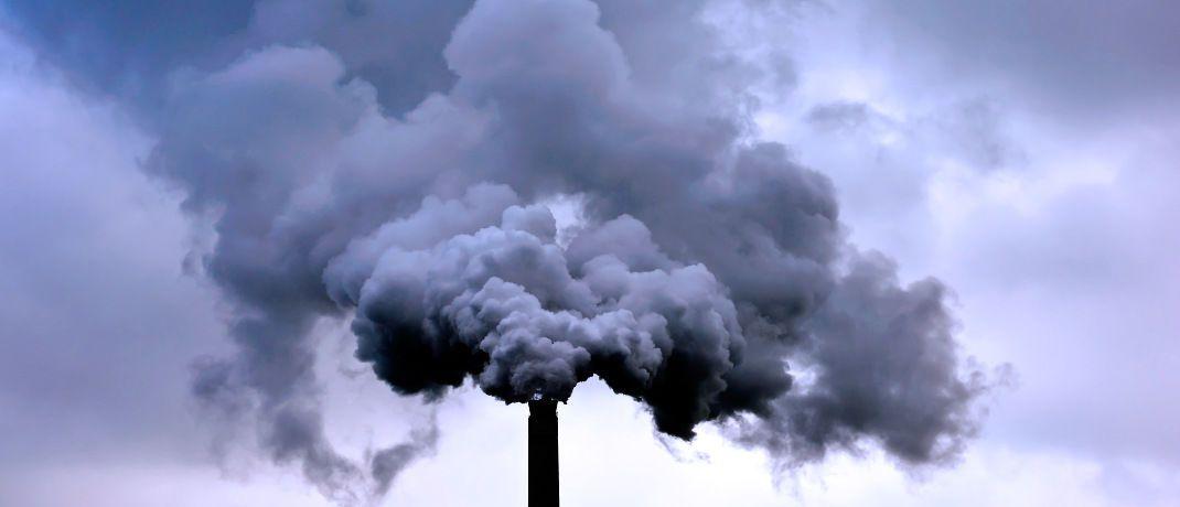 Industrieschornstein: Kohlenstoffdioxid (CO2) z&auml;hlt zu den wichtigsten Gasen, die direkt emittiert werden und hohen einen Einfluss auf das globale Klima haben. Die so genannten Treibhausgase f&uuml;hren zur globalen Erw&auml;rmung. &nbsp; &nbsp;&copy; gnubier <a href='http://www.pixelio.de/' target='_blank'>pixelio.de</a>