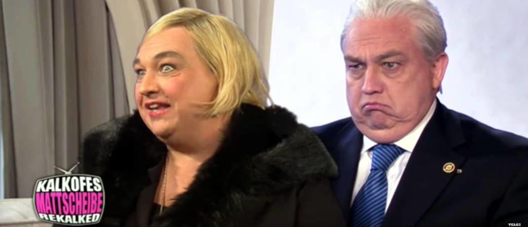 Satiriker Oliver Kalkofe als Millionärsfrau Irina Beller (links) und als ihr Mann, der Bauunternehmer Walter Beller|© Screenshot, Youtube