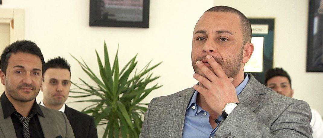 Mehmet Göker im Kreis von Mitarbeitern. Szene aus dem Dokumentarfilm