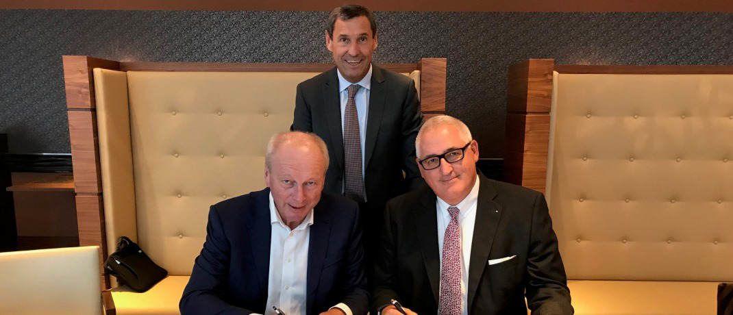 Die Deutsche Familienversicherung (DFV) übernimmt Anteile am Maklerpool BCA von der BBG. Hier unterzeichnen die Beteiligten den Kaufvertrag (von links): Dieter Knörrer (Geschäftsführender Gesellschafter BBG), Rolf Schünemann (Vorstandsvorsitzender BCA) und Stephan Schinnenburg (Vertriebsvorstand DFV).  © DFV