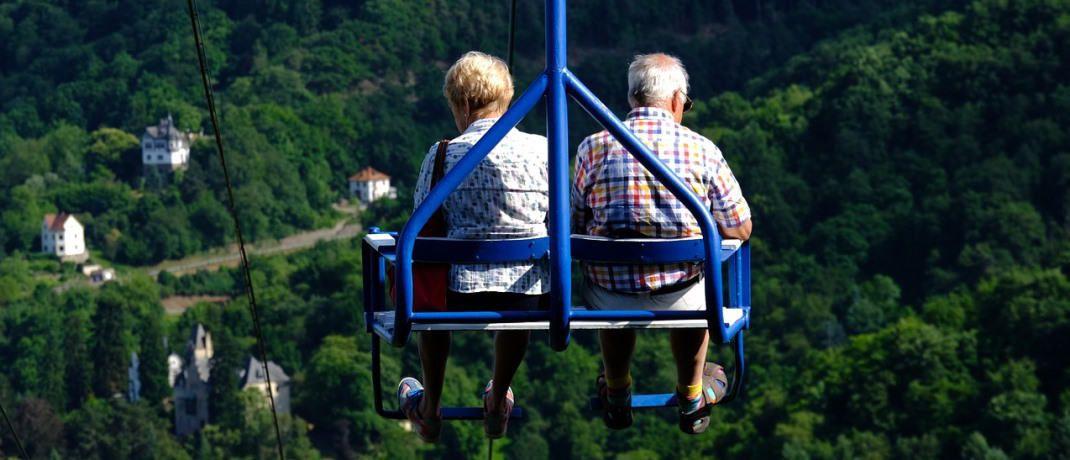 Rentner nutzen auf einem Ausflug die Seilbahn: Viele Bürger würden sich eine fällige Lebensversicherung lieber auf einen Schlag auszahlen lassen, statt die Verrentung zu wählen. |© Pixabay