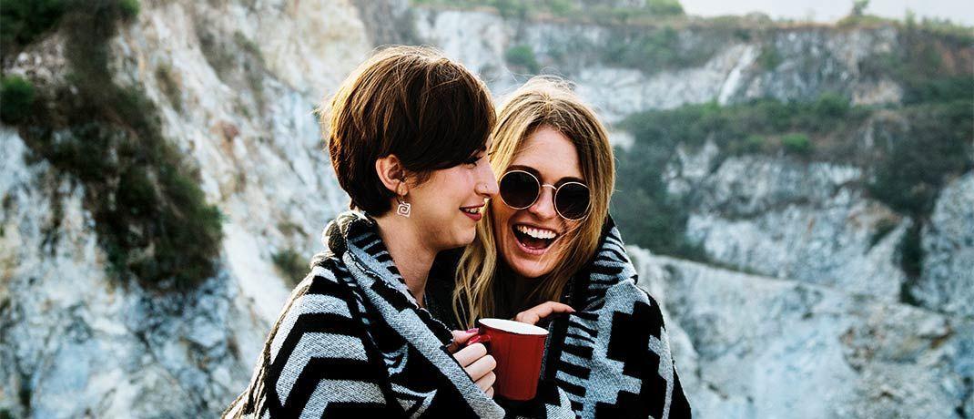 Natur, die beste Freundin und ein guter Kaffee: Das Leben kann so schön sein – aber eben auch schneller vorbei, als man denkt. Ebenso können eine Erkrankung  oder ein Unfall zu Berufsunfähigkeit oder Pflegebedürftigkeit führen. Diese finanziellen Risiken sollte man absichern.|© rawpixel/Unsplash