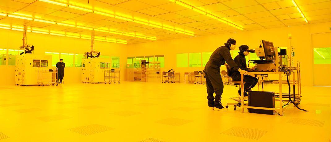 Osram-Mitarbeiter bei der Arbeit im Reinraum einer LED-Chipfabrik: Die Aktie des Lichttechnik-Spezialisten und Auto zulieferers zählt zu den beliebtesten Nebenwerten hierzulande. Momentan verdunkeln aber die großen Probleme der Autoindustrie wie Abgasbetrug und Sonderzölle die Aussichten.|© Osram