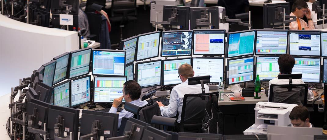 Händler auf dem Parkett der Frankfurter Wertpapierbörse: Anleger können vermutlich bald frei wählen, über wen sie künfitg ihre Aktientransaktionen verrechnen lassen wollen.|© Deutsche Börse
