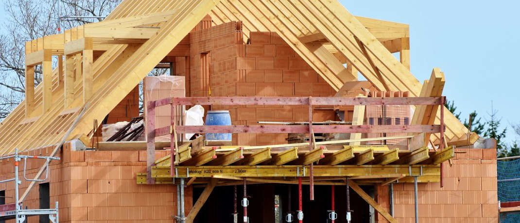 Ein Neubau wird errichtet: Wird eine Risikolebensversicherung dazu genutzt, um eine (Immobilien-)Finanzierung abzusichern, sollte die Summe an die ausstehende Restschuld plus eventuell anfallender Kosten angepasst werden.  © Pixabay