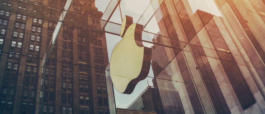 Apple-Logo an einer Glasfassade: Der Tech-Gigant aus dem kalifornischen Cupertino hat in der vorigen Woche den Börsenwertrekord von einer Billion US-Dollar geknackt.|© Unsplash