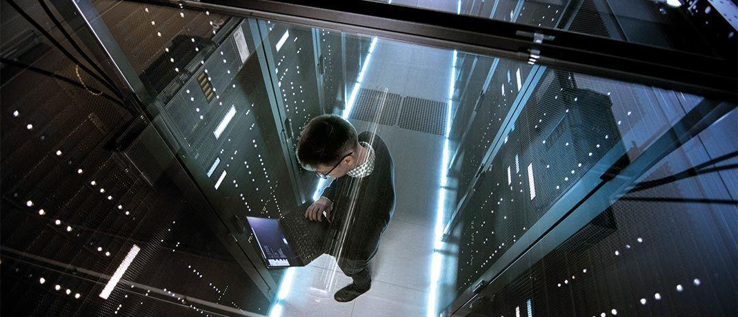 Ein IT-Techniker arbeitet mit Laptop im Rechenzentrum: In einer Minute werden weltweit 150 Millionen E-Mails verschickt.|© gorodenkoff/iStock
