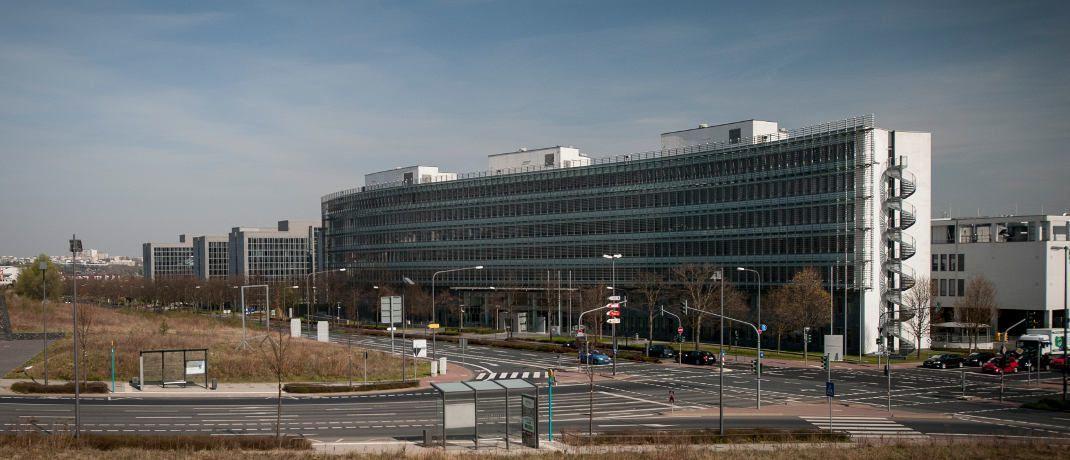 Bafin-Gebäude in Frankfurt am Main: Müssen die Lebensversicherer ihre Zinszusatzreserve nur langsam aufbauen, könnte das Geld in eine höhere Verzinsung für Kunden fließen. © Bafin