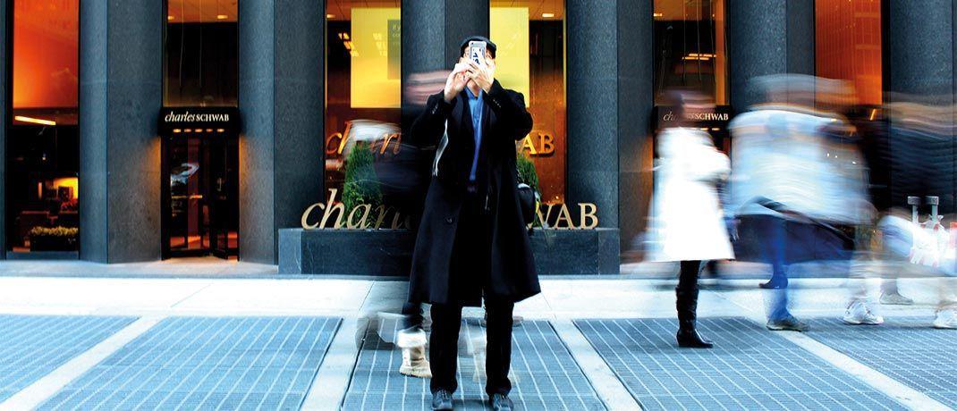Mann mit Handy in New York: Für die Advantage-Serie sind die BlackRock-Experten ständig auf der Suche nach neuen Datenquellen. © brendan church/Unsplash