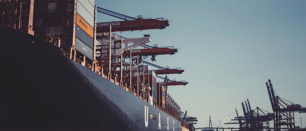 Containerschiff im Hafen: P&R-Anleger haben mutmaßlich Transportbehälter erworben, die es gar nicht gibt. Während die Staatsanwaltschaft wegen Betrugsverdachts gegen ehemalige und aktuelle Geschäftsführer des Unternehmens aus Grünwald ermittelt, müssen Gläubiger jetzt ihre Forderungen in einem Insolvenzverfahren anmelden.|© Sascha Hormel