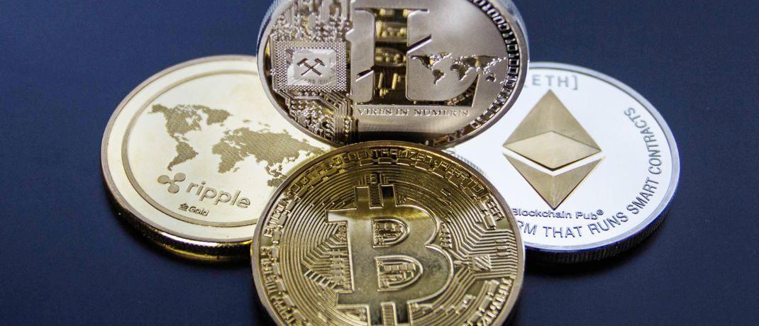 Münzen der Kryptowährungen Ripple, Litecoin, Bitcoin und Ethereum (v.l.): Auch der Finanzvertrieb kann vom Trend zu Investments in Kryptowährungen profitieren.|© Worldspectrum