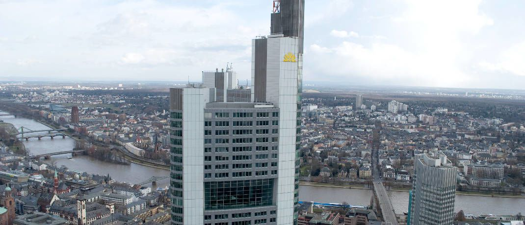 Chefetagen der Commerzbank in Frankfurt: Die nach Bilanzsumme im Gesch&auml;ftsjahr 2016 viertgr&ouml;&szlig;te Bank Deutschlands ist k&uuml;nftig nicht mehr im deutschen Leitindex Dax vertreten.&nbsp; &nbsp;&copy; Joachim Reisig / <a href='http://www.pixelio.de/' target='_blank'>pixelio.de</a>