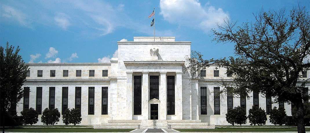 Gebäude der US-Notenbank Federal Reserve in Washington: Angesichts steigender Zinsen suchen immer mehr Investoren nach Möglichkeiten, das Durationsrisiko zu steuern.|© AgnosticPreachersKid/CC-BY-SA-3.0/Wikimedia Commons.