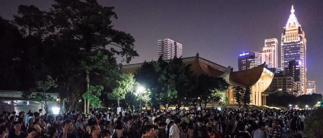 Menschen beobachten eine Mondfinsternis in Taipeh, Hauptstadt von Taiwan. MSCI gruppiert das Land als Schwellenland ein, der Internationale Währungsfonds zählt Taiwan zu den Industrieländern.|© Getty Images