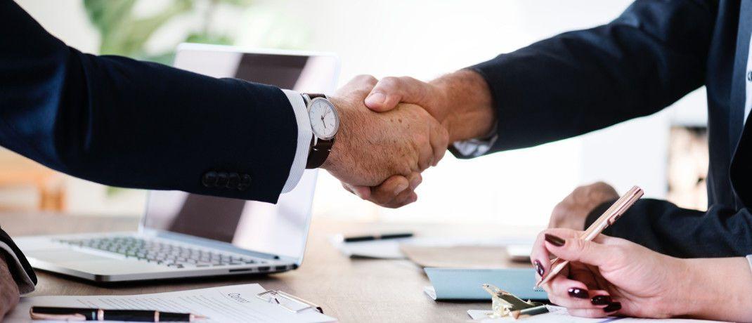 Handschlag: Fondsanbieter DWS und Tikehau Capital haben eine strategische Allianz vereinbart|© Pexels