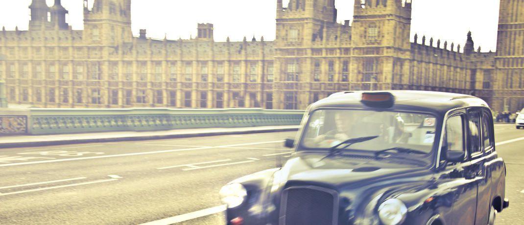 Taxi auf der Westminster Bridge in London: Ein neuer Blackrock-Fonds setzt auf britische und internationale Aktien.|© bruce mars