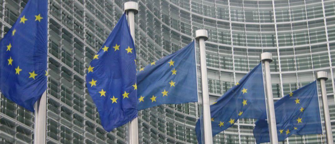 Europaflaggen vor dem Geb&auml;ude der Europ&auml;ischen Kommission in Br&uuml;ssel: Die f&uuml;nfte EU-Geldw&auml;scherichtlinie erh&ouml;ht den Druck auf Banken und andere Finanzinstitute, den so genannten AML-Vorschriften nachzukommen. &nbsp;|&nbsp;&copy; Schmuttel  / <a href='http://www.pixelio.de/' target='_blank'>pixelio.de</a>