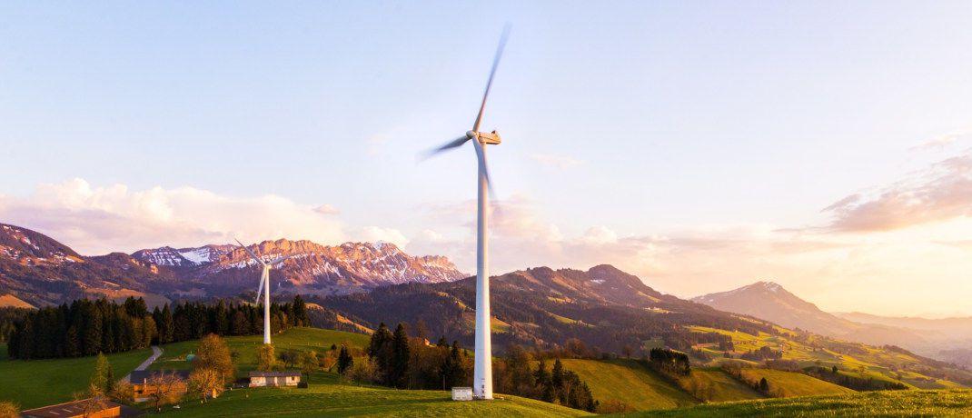 Windrad in einer Berglandschaft: Auf das Investmentthema Nachhaltigkeit können Anleger inzwischen auch mit passiven Investmentprodukten setzen.|© Pixabay