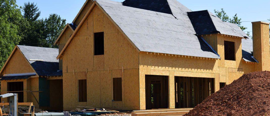 Baustelle eines Hauses: Immobilienkäufer sollten möglichst viel Eigenkapital in die Baufinanzierung einbringen.