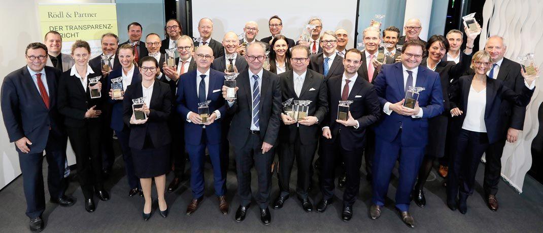 Gruppenfoto der Ausgezeichneten: Für eine anlegergerechte Transparenz- und Informationspolitik in ihren Fonds erhielten sie einen Transparenten Bullen.