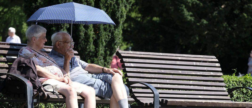 Rentner genießen die Sonne auf einer Parkbank: Die deutschen Lebensversicherer verschenken jedes Jahr Milliarden an möglichem Geschäftspotenzial.