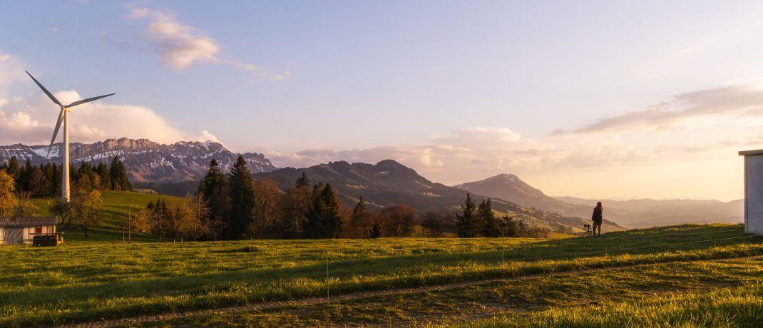 Windkraftrad vor einer Bergkulisse: Ein neuer Unicredit-Indexfonds investiert in europäische Green Bonds.|© Pixabay