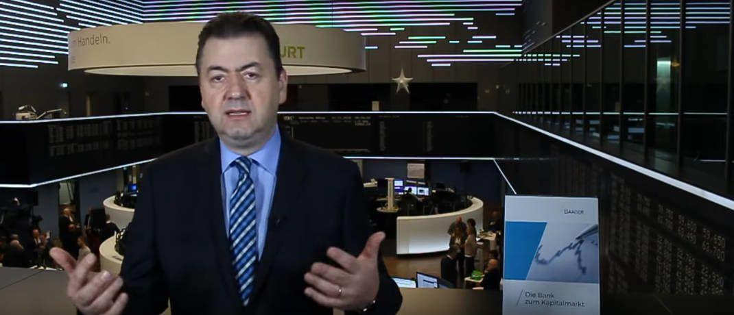 Robert Halver in seinem zweiten Wohnzimmer|© Screenshot, Youtube