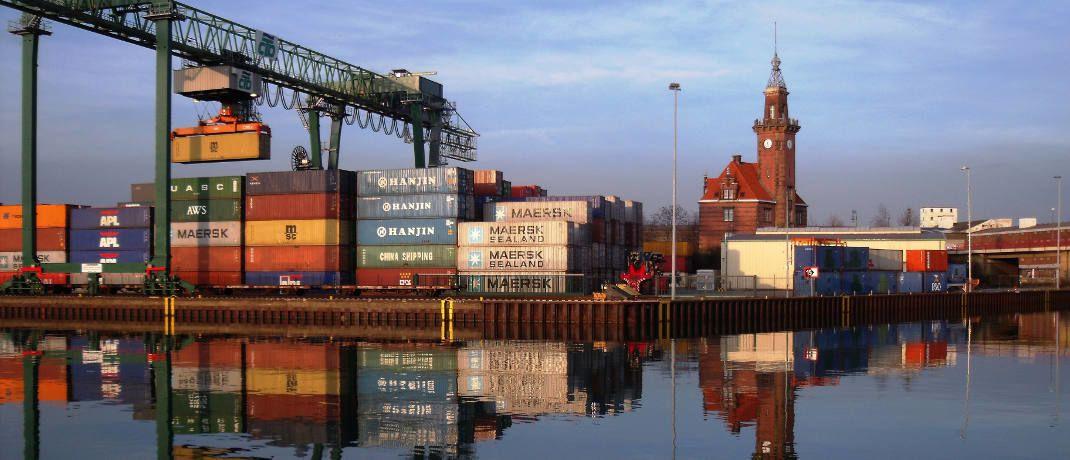 Seecontainer im Hafen: Die zu Jahresbeginn in die Pleite gerutschten P&R-Tochtergesellschaften sollen Anlegern etwa eine Million Container vermittelt haben, die es gar nicht gibt. Gegen die Verantwortlichen ermittelt die Staatsanwaltschaft daher wegen Betrugsverdachts. Betroffenen sind insgesamt rund 54.000 Anleger, von denen mehr als ein Drittel &uuml;ber 70 Jahre alt ist. &nbsp;|&nbsp;&copy; klaas hartz  / <a href='http://www.pixelio.de/' target='_blank'>pixelio.de</a>